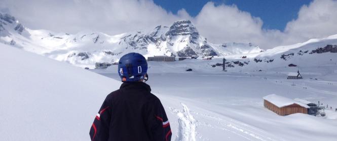 Winterstimmungsbild: Alpenpanorama mit Tiefschnee und Skisportort