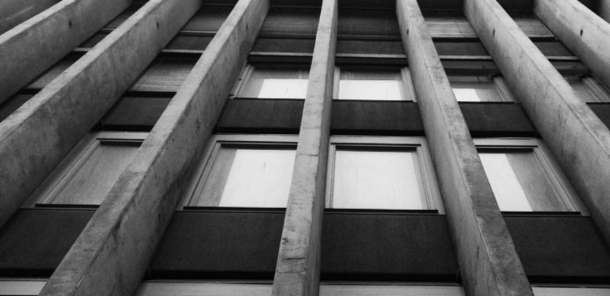 Fassade mit Betonpfeilern, Bern