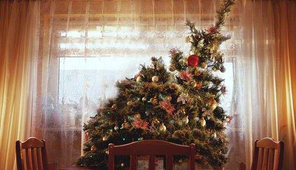 Weihnachtsbaum in Schräglage